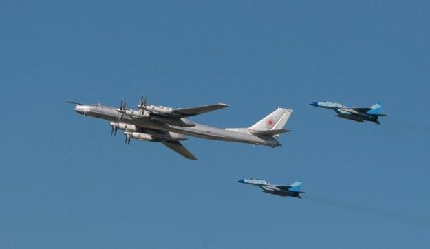 Tu-95 w towarzystwie dwóch myśliwców Mig-29 /AFP