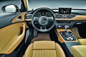 Tu rzeczywiście można poczuć się jak w kabinie luksusowego jachtu. Wszędzie szlachetne materiały - skóra, metal i wstawki z prawdziwego drewna. /Audi