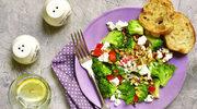 Tuczące składniki sałatek. Czego lepiej unikać?