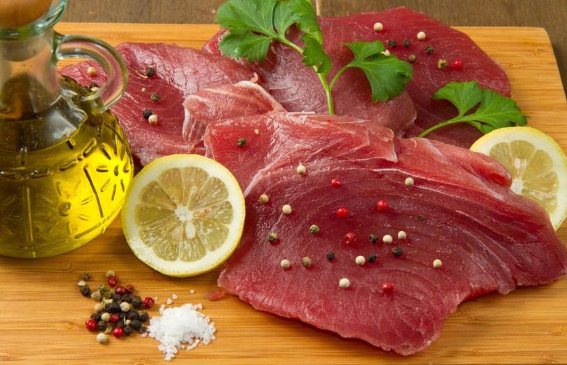 Tuńczyk pojawił się na polskich stołach już wiele lat temu i szybko zyskał popularność /123RF/PICSEL