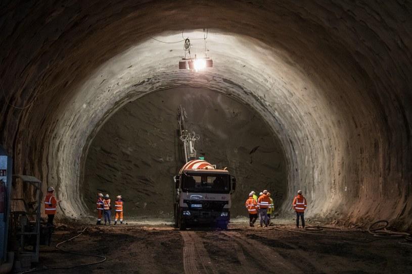 Tunel na budowie Zakopianki ma mieć ponad 2 km i składał się będzie z dwóch nitek /Jan Graczyński /East News