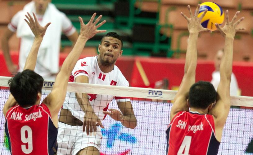 Tunezja (na biało) podczas meczu z Koreą Południową /Andrzej Grygiel /PAP