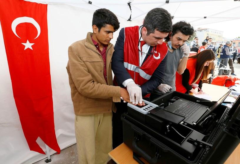 Turcja. Rejestracja uchodźców z Pakistanu w Izmirze /Getty Images