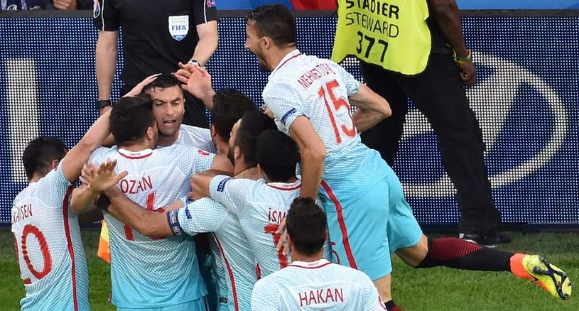 Turcy cieszą się z gola strzelonego reprezentacji Czech /AFP