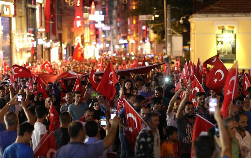 Turcy od razu odpowiedzieli na wezwanie Erdogana /TOLGA BOZOGLU /PAP/EPA