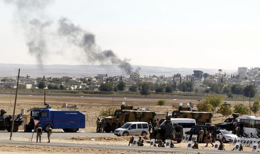 Tureccy żołnierze stoją na granicy z Syrią. W oddali miasto Kobane /SEDAT SUNA (PAP/EPA) /PAP/EPA
