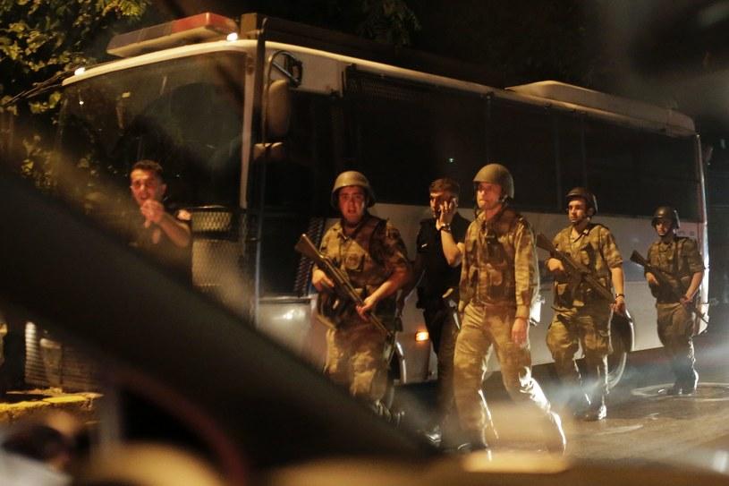 Tureccy żołnierze zatrzymują policjantów /AFP