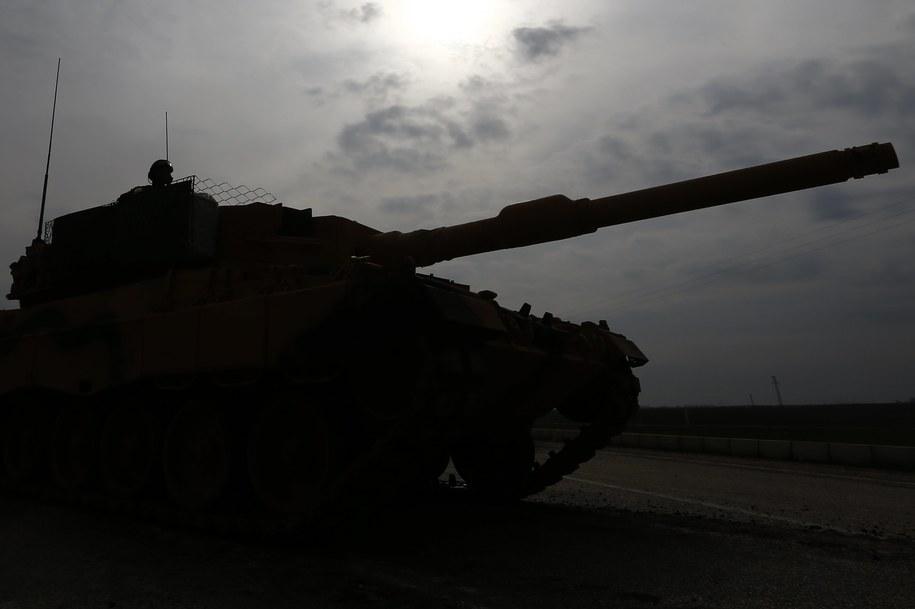 Turecka armia poinformowała, że do tej pory w rejonie Afrinu uderzyła w 153 cele kurdyjskie. /SEDAT SUNA /PAP/EPA