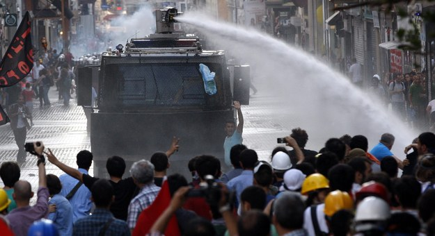 Turecka policja użyła gazu łzawiącego i armatek wodnych /SEDAT SUNA /PAP/EPA