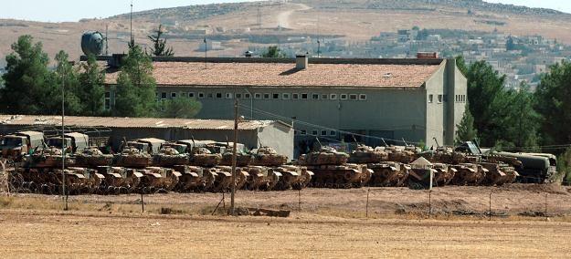 Tureckie czołgi przy granicy z Syrią, 12 października 2012 /AFP