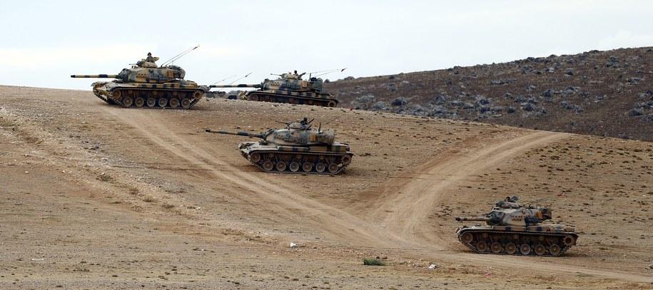 Tureckie czołgi przy granicy z Syrią /SEDAT SUNA /PAP/EPA