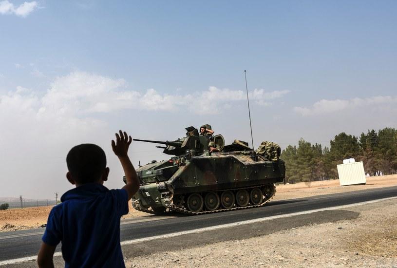 Tureckie czołgi w drodze do granicy z Syrią /AFP