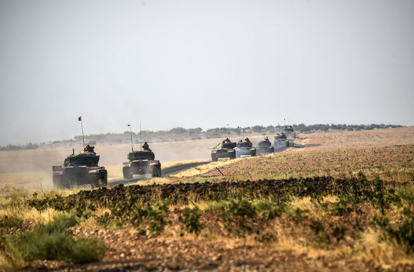 Tureckie czołgi w okolicach syryjskiego miasta Dżarabulus /AFP