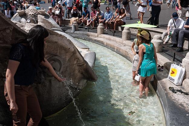Turyści chłodzą się w fontannie w Rzymie /AFP