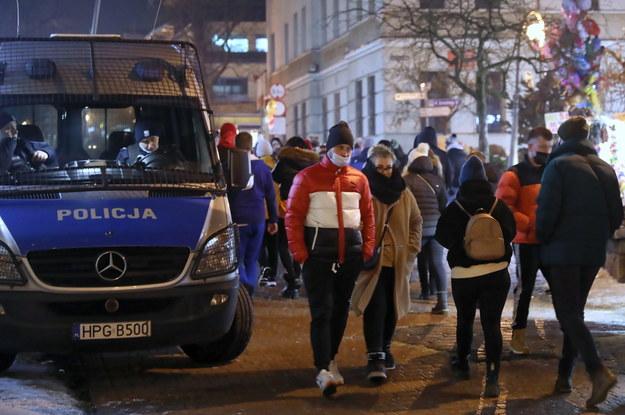 Turyści i policyjny radiowóz na Krupówkach w Zakopanem / Grzegorz Momot    /PAP