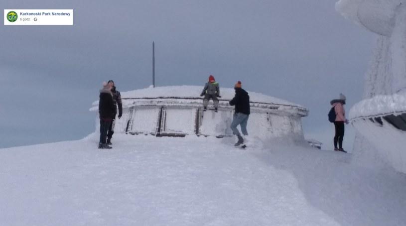 Turyści na dachu obserwatorium / Foto. Karkonoski Park Narodowy/Facebook /facebook.com