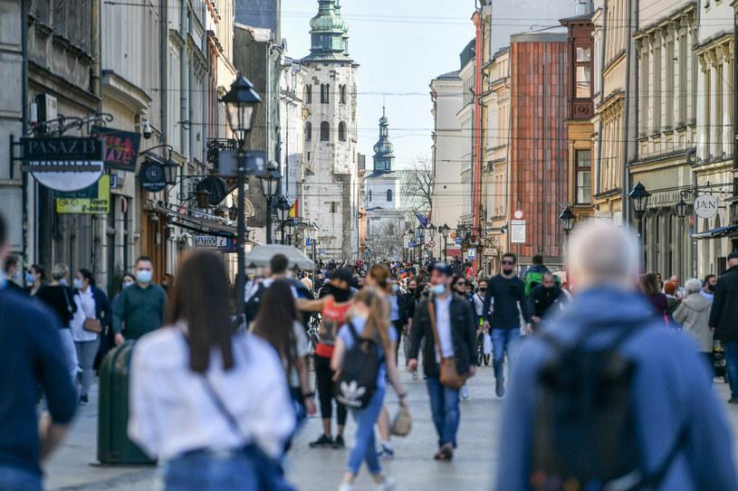 Turyści na krakowskim Rynku /Artur Barbarowski /East News
