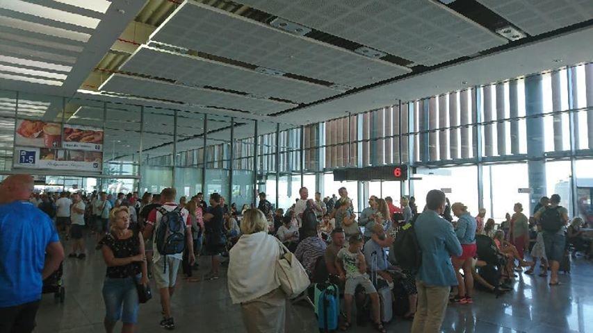 Turyści na lotnisku w Burgas /Gorąca Linia RMF FM /