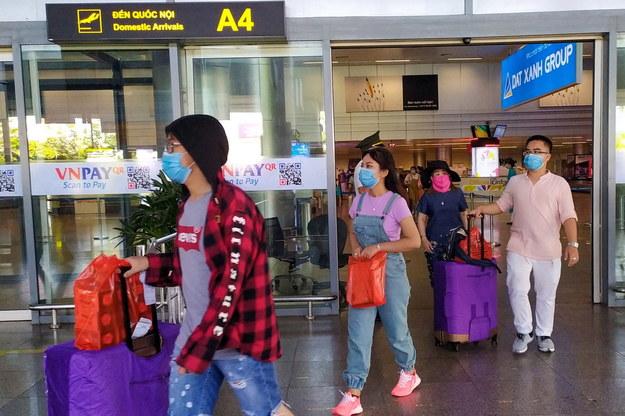 Turyści na lotnisku w Danang /STRINGER /PAP/EPA