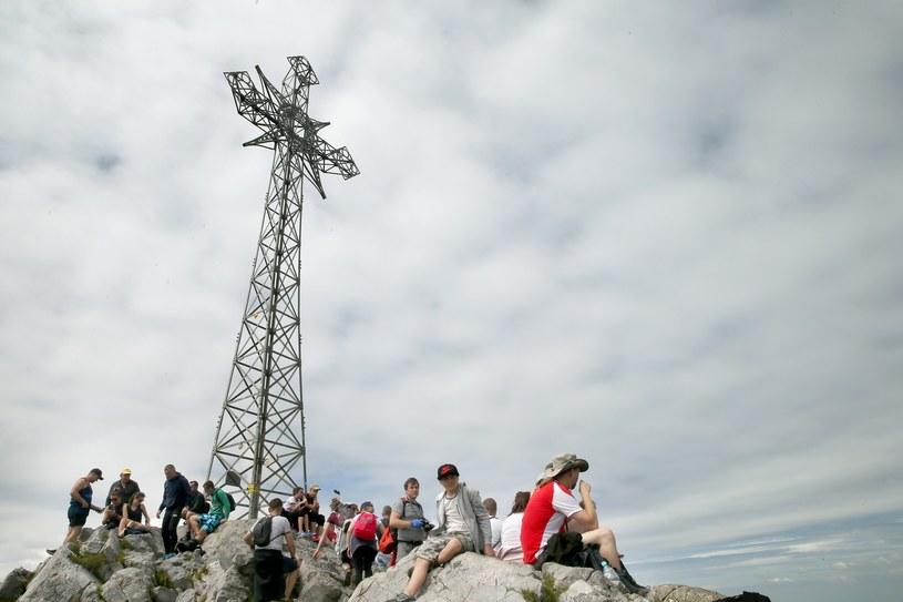 Turyści na szczycie Giewontu. /East News
