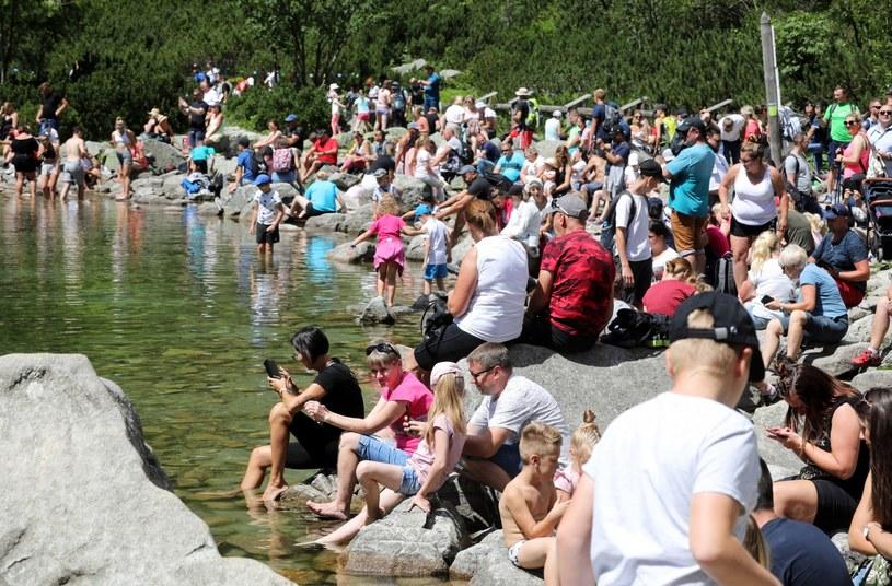 Turyści nad Morskim Okiem, 30 lipca 2020 / Grzegorz Momot    /PAP