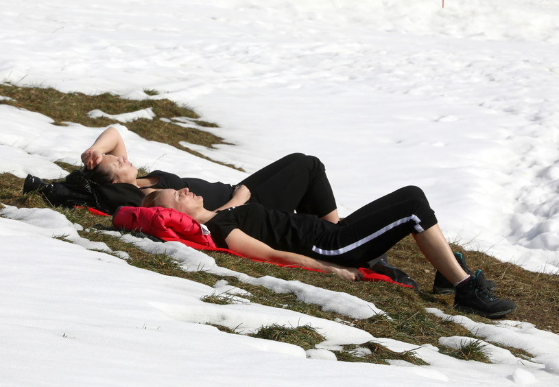 Turyści podczas wypoczynku w Zakopanem. W lutym odnotowano typową dla przedwiośnia temperaturę / Grzegorz Momot    /PAP