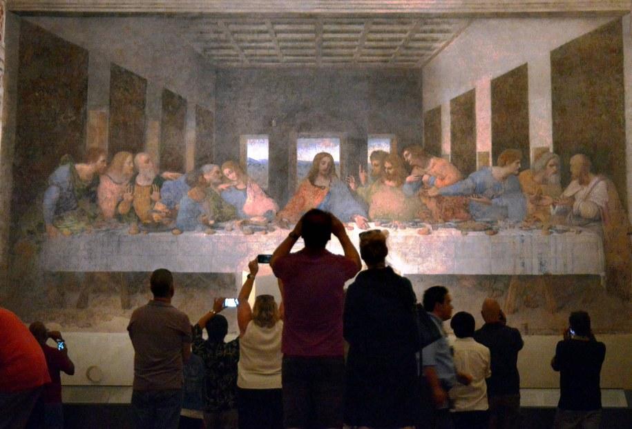 """Turyści podziwiają """"Ostatnią Wieczerzę"""" Leonarda da Vinci /Maurizio Maule /PAP/EPA"""