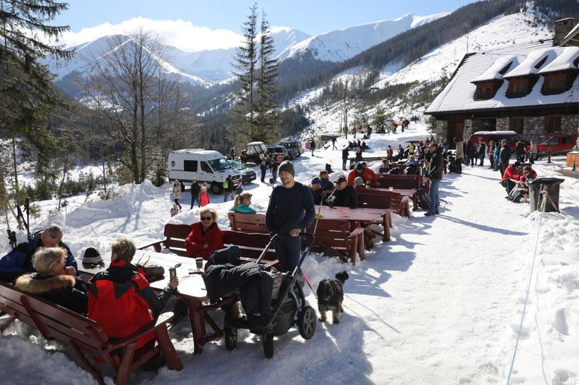 Turyści przed schroniskiem w Dolinie Chochołowskiej w Tatrach / Grzegorz Momot    /PAP