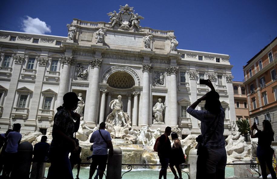 Turyści przy Fontannie di Trevi w Rzymie /RICCARDO ANTIMIANI /PAP/EPA
