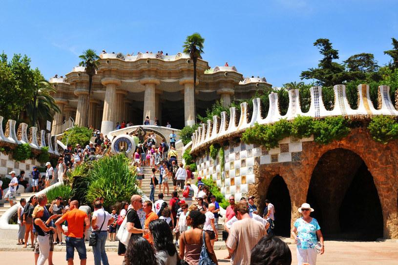 Turyści przy wejściu do najsłynniejszego parku w Barcelonie - parku Guell /123RF/PICSEL
