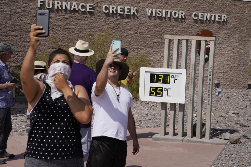 Turyści robiący pamiątkowe zdjęcie przy słynnym termometrze /East News