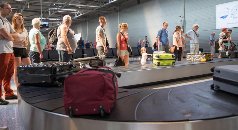 Turyści upadłego biura podróży Alfa Star na lotnisku w Pyrzowicach /Andrzej Grygiel /PAP
