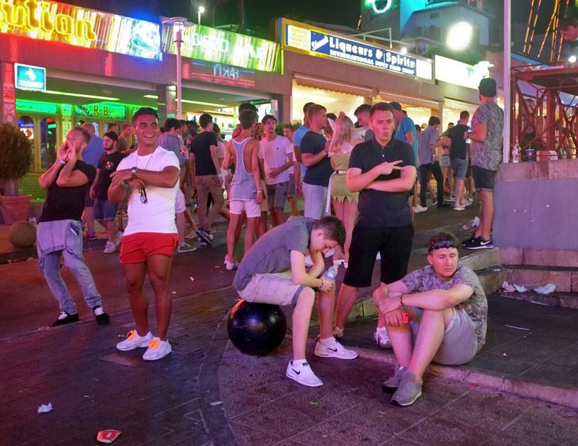 """Turyści """"urządzając popijawy i wdają się w bijatyki"""" /Jaime Reina /AFP"""