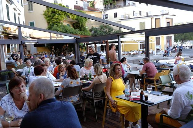 Turyści w kawiarnianym ogródku na Chorwacji /ANTONIO BAT /PAP/EPA
