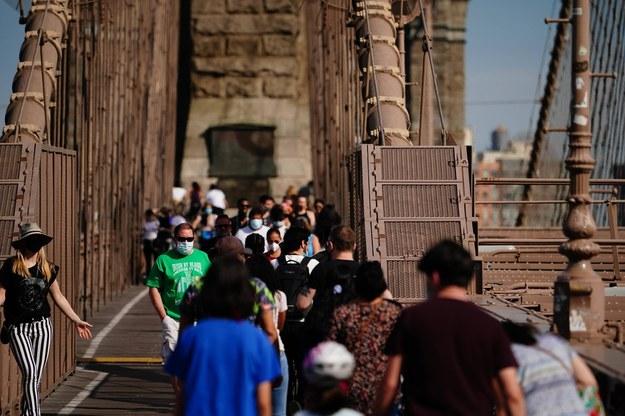Turyści w maseczkach na Moście Brooklińskim w Nowym Jorku /John Nacion/starmaxinc.com /PAP/PA