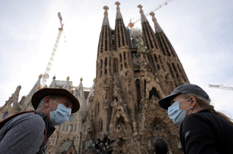 Turyści w maskach przy bazylice Sagrada Família w Barcelonie / NACHO DOCE/Reuters /Agencja FORUM