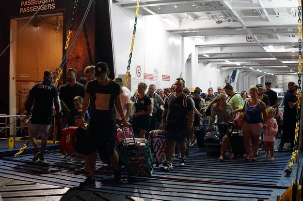 Turyści w panice próbują uciec z wyspy /CESARE ABBATE /PAP/EPA