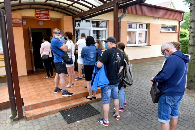 Turyści wypoczywający nad morzem w kolejce do głosowania w Rewalu / Marcin Bielecki    /PAP