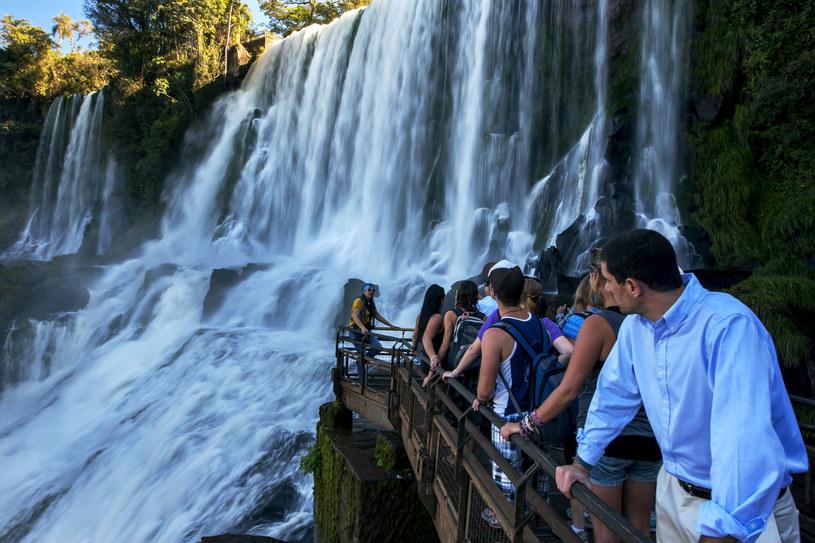 Turyści z całego świata pragnął zobaczyć wodospady. Warto opracować trasę wycieczki /123RF/PICSEL