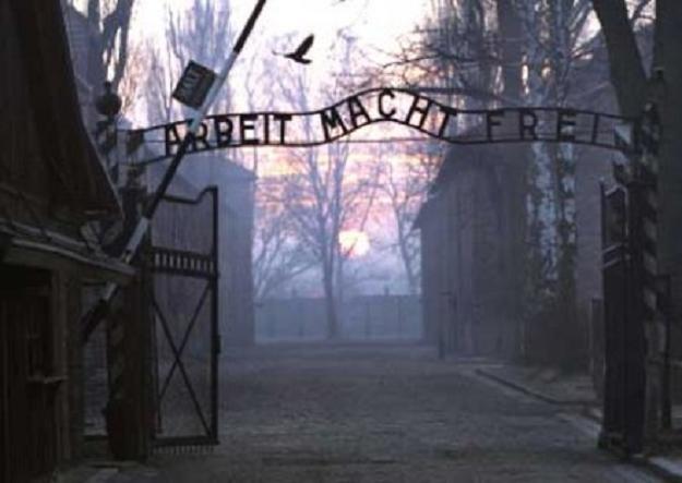 Turyści zwiedzą b. Auschwitz I tylko w grupach i z przewodnikiem /AFP
