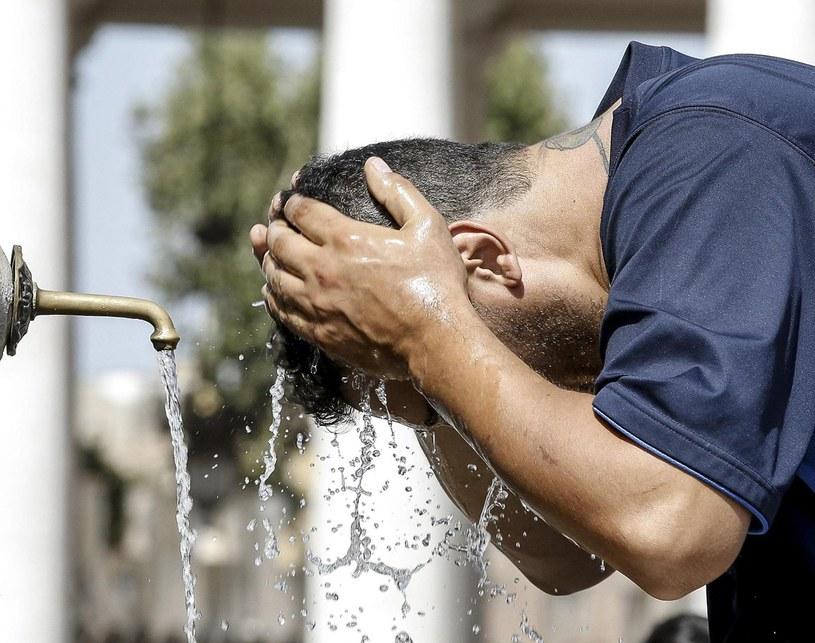 Turysta ochładza głowę w Watykanie /PAP/EPA
