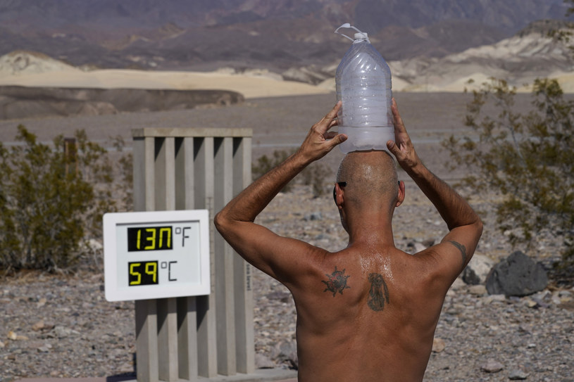 Turysta przykłada sobie do głowy kompres z lodu, obserwując rekordową temperaturę /East News