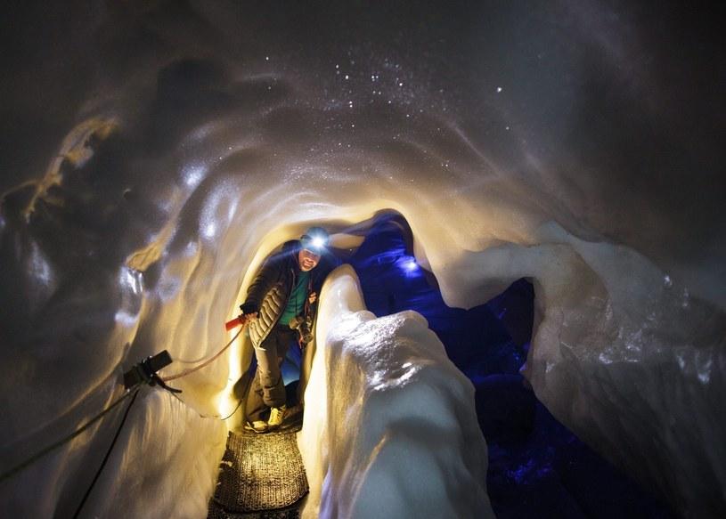 Turysta wewnątrz naturalnego pałacu lodowego /Lisi Niesner  /PAP/EPA