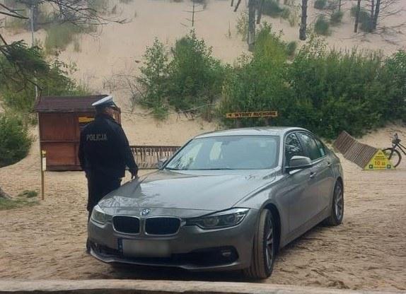 Turysta z Niemiec ugrzązł w bagnie w Słowińskim Parku Narodowym w Łebie /POMORSKA POLICJA /materiały prasowe