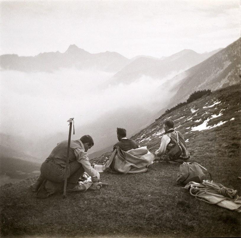 Turysta z przewodnikami w Tatrach w 1911 roku /Stefan Komornicki/FOTONOVA /East News