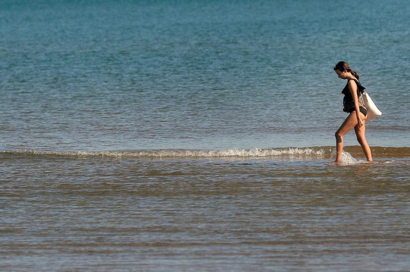 Turystka na plaży w Walencji; 04.02.2020 /Kai Foersterling /PAP/EPA
