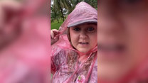 Turystka w Miami jedzie otwartym autobusem w rzęsisty deszcz