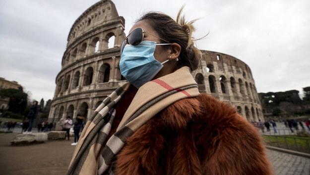 Turystka z maseczką ochronną w Rzymie /ANGELO CARCONI /PAP/EPA
