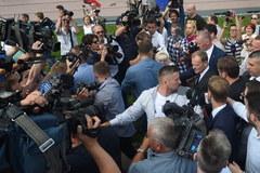 Tusk w prokuraturze, przed budynkiem jego zwolennicy i przeciwnicy