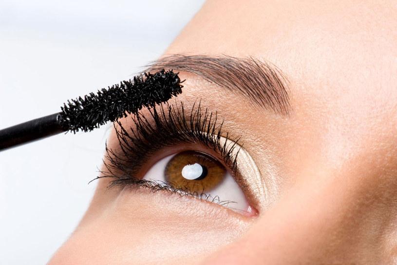 Tusz do rzęs wygrywa w kosmetycznych rankingach. Kobiety go uwielbiają! /123RF/PICSEL